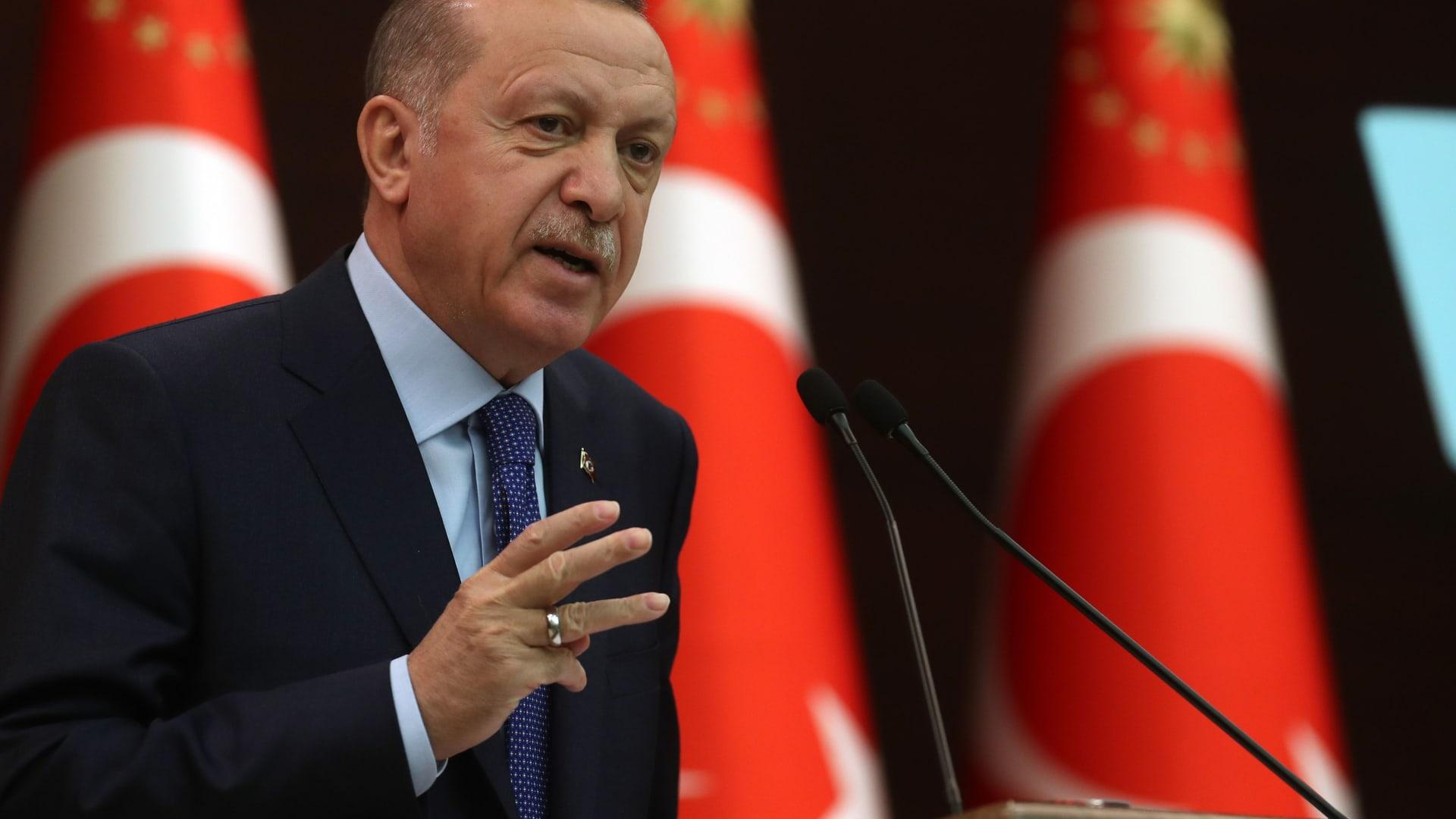 """خوفاً من فيروس كورونا.. أردوغان يتجنب مصافحة أمين عام """"الناتو"""""""