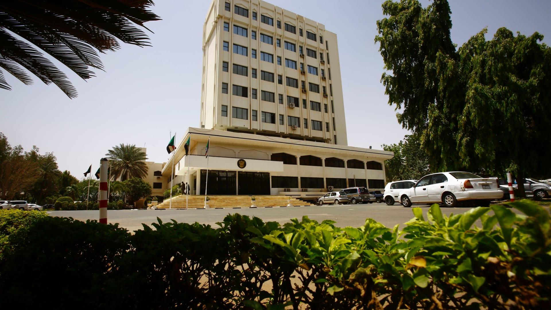 بينهم عمر البشير.. السودان سيسلم المطلوبين للمحكمة الجنائية