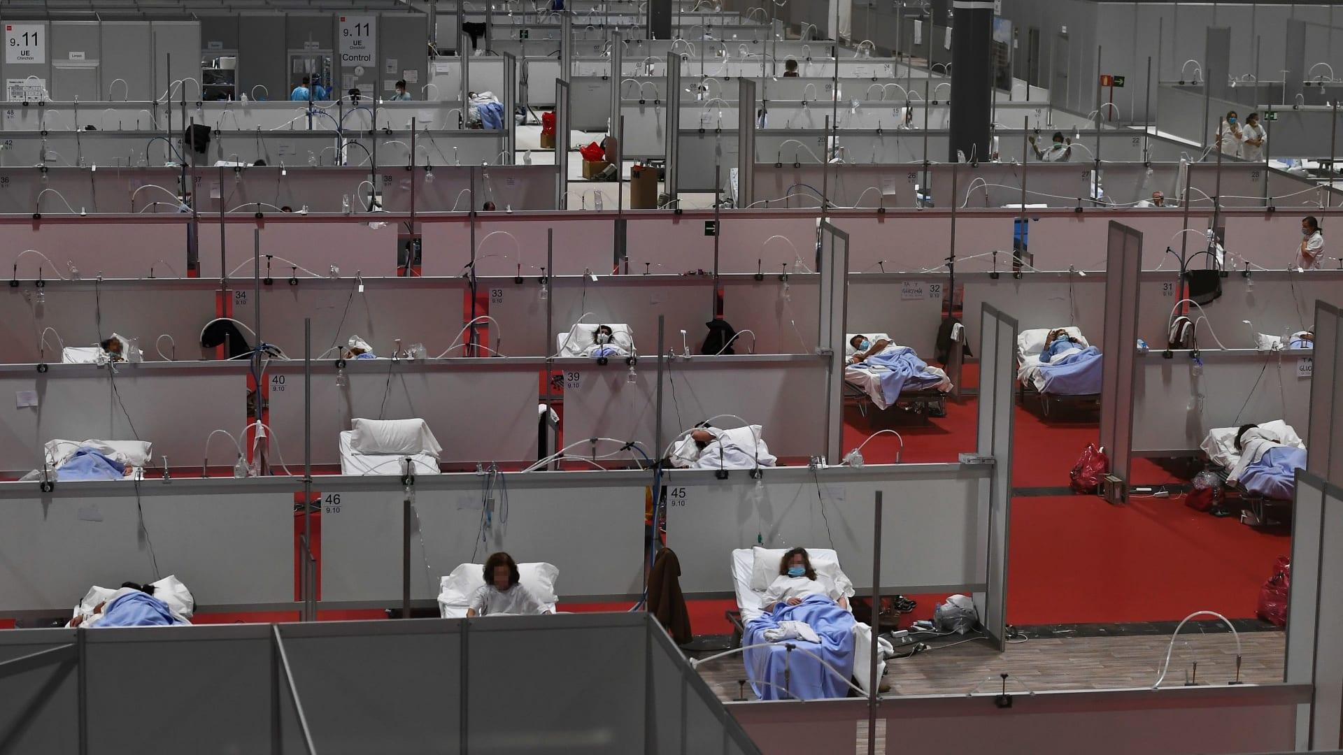 النضال ضد فيروس كورونا في إسبانيا.. طبيب يستخدم معدات غوص لصنع أقنعة طبية