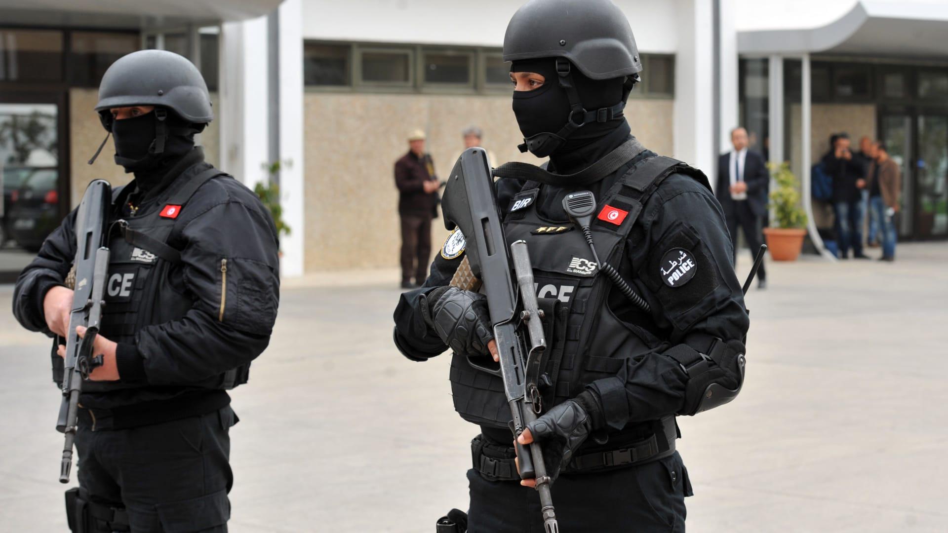 شاهد.. تونسيون يتهافتون لشراء السلع خشية من فيروس كورونا