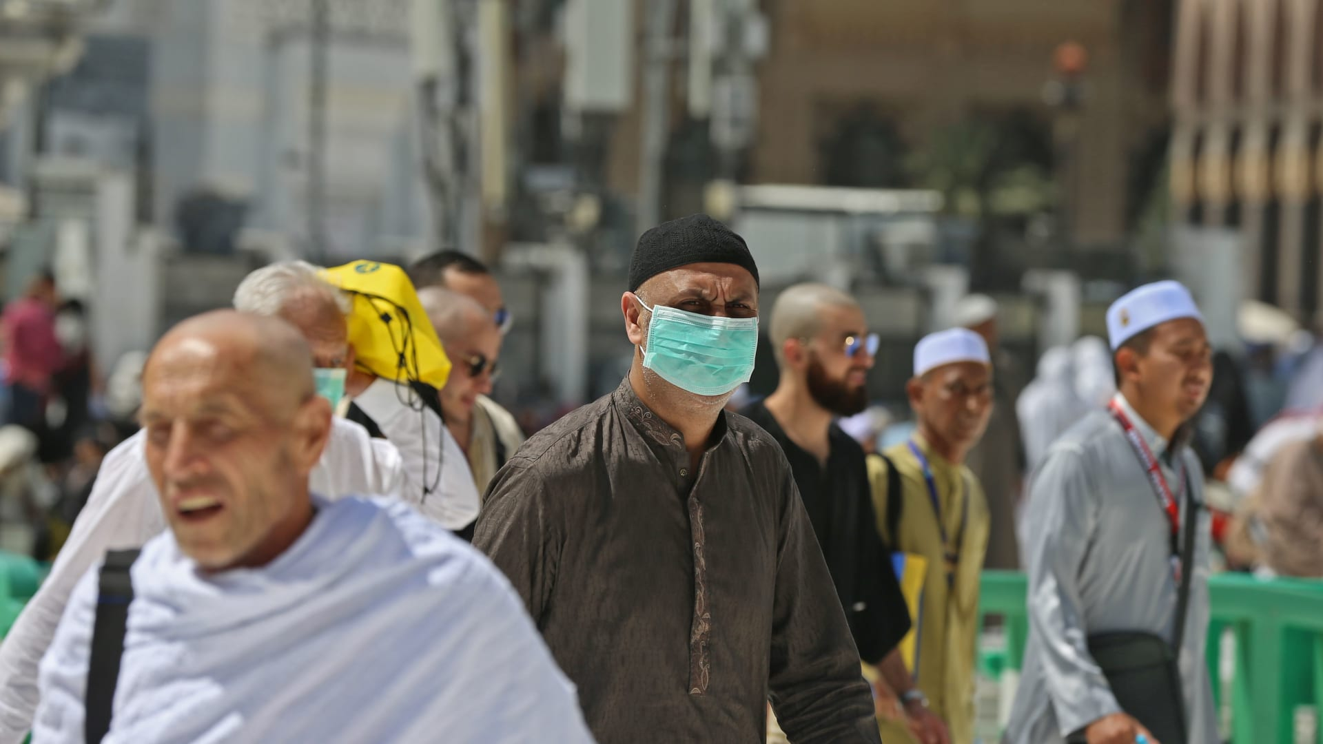 شاهد.. جثث ضحايا فيروس كورونا في شوارع الإكوادور وتوابيت ورقية للموتى