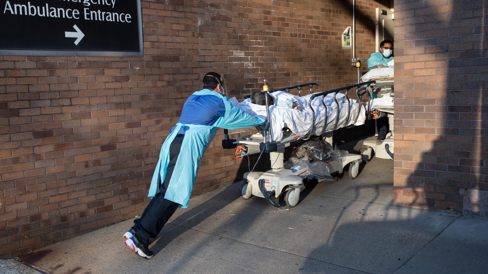 داخل غرفة الطوارئ.. معركة لا تصدق ضد فيروس كورونا في مستشفى بنيويورك