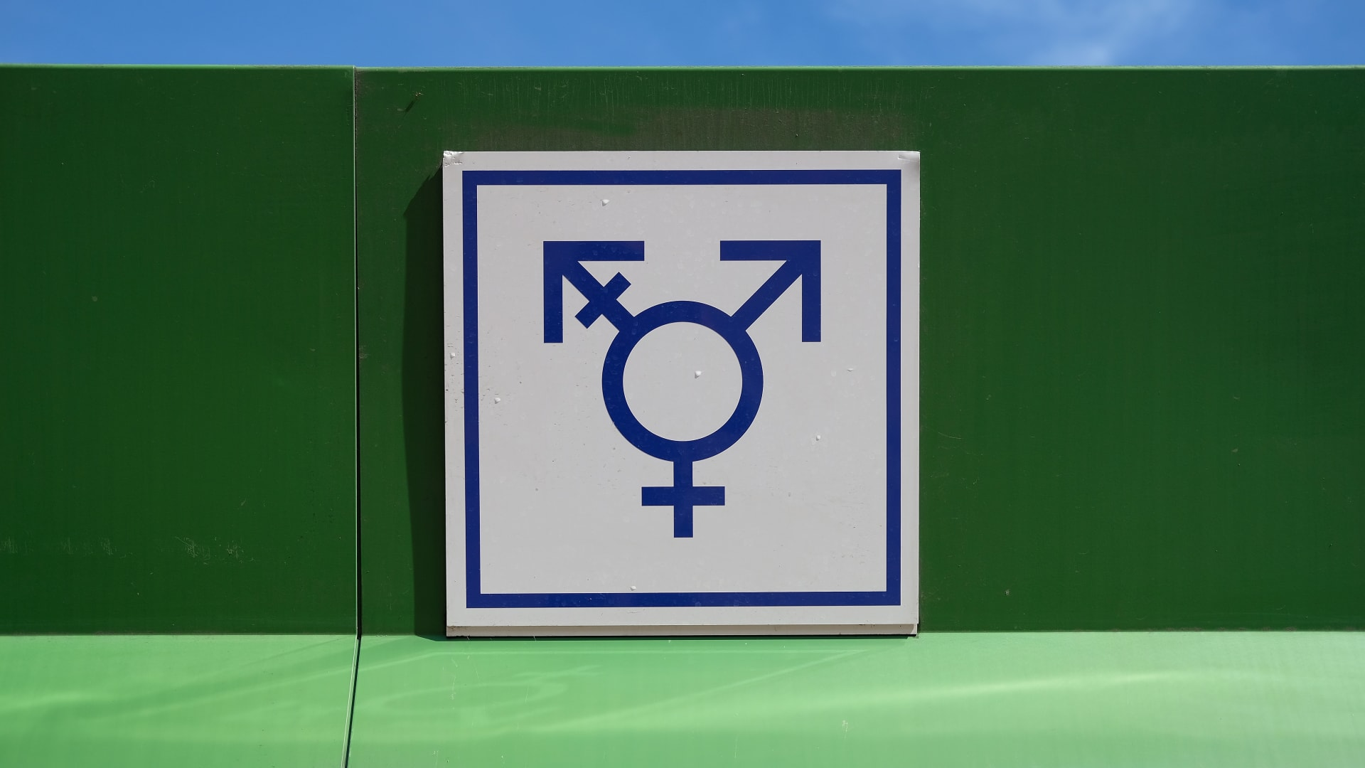 شاهد ردة فعل متحول جنسياً يحلق ذقنه لأول مرة