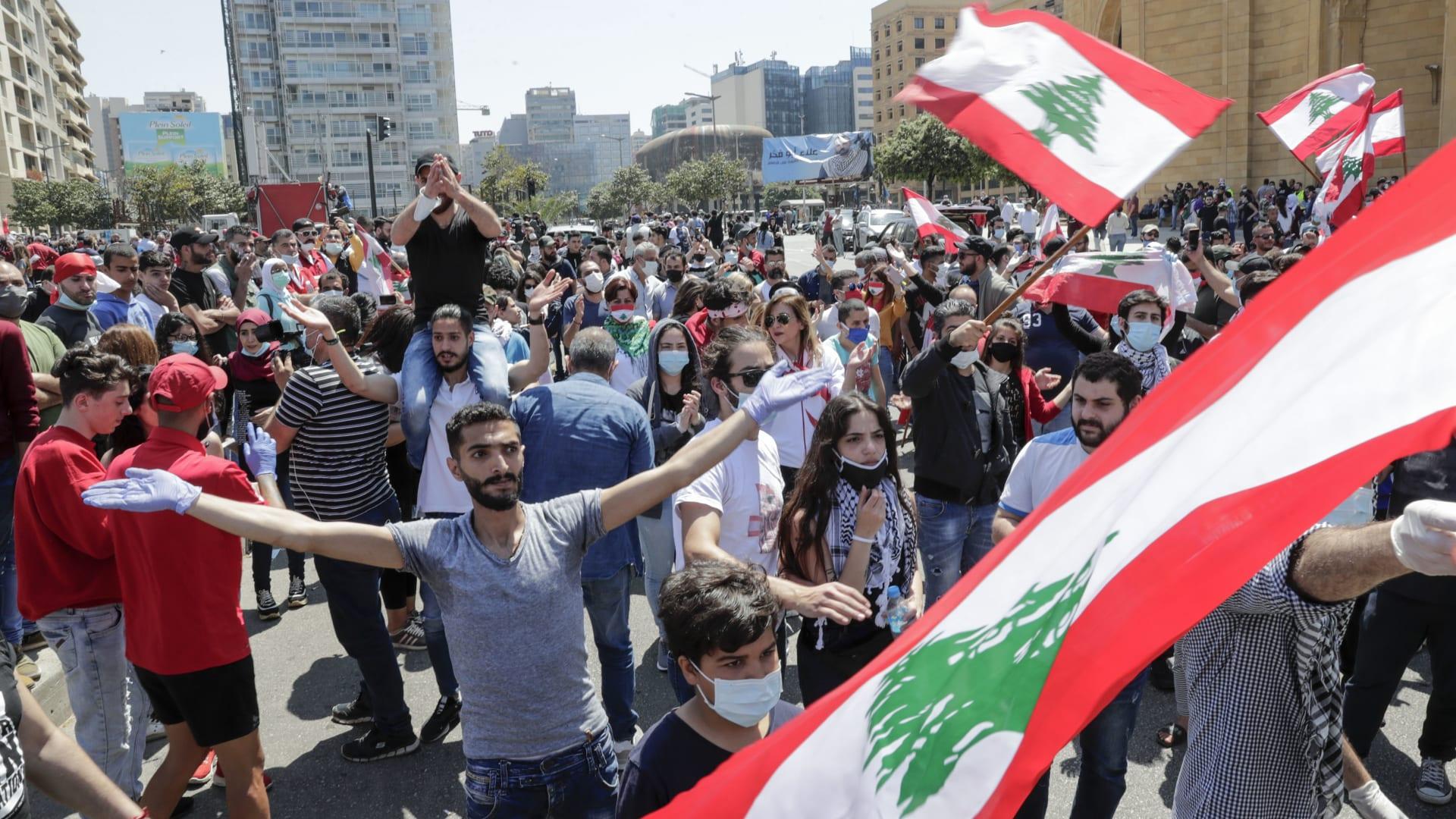 """""""رقصة التابوت"""" في جنازة رمزية لليرة اللبنانية بعد انهيار سعر صرفها"""