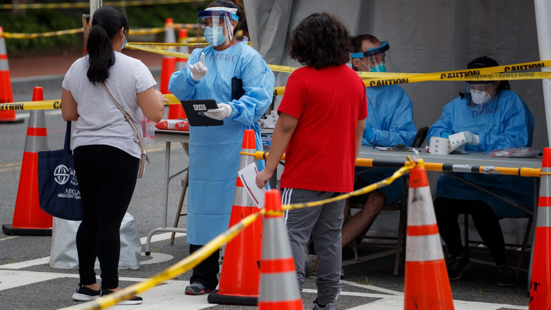 """""""انفجار"""" في الإصابات الجديدة بفيروس كورونا بين الشباب"""
