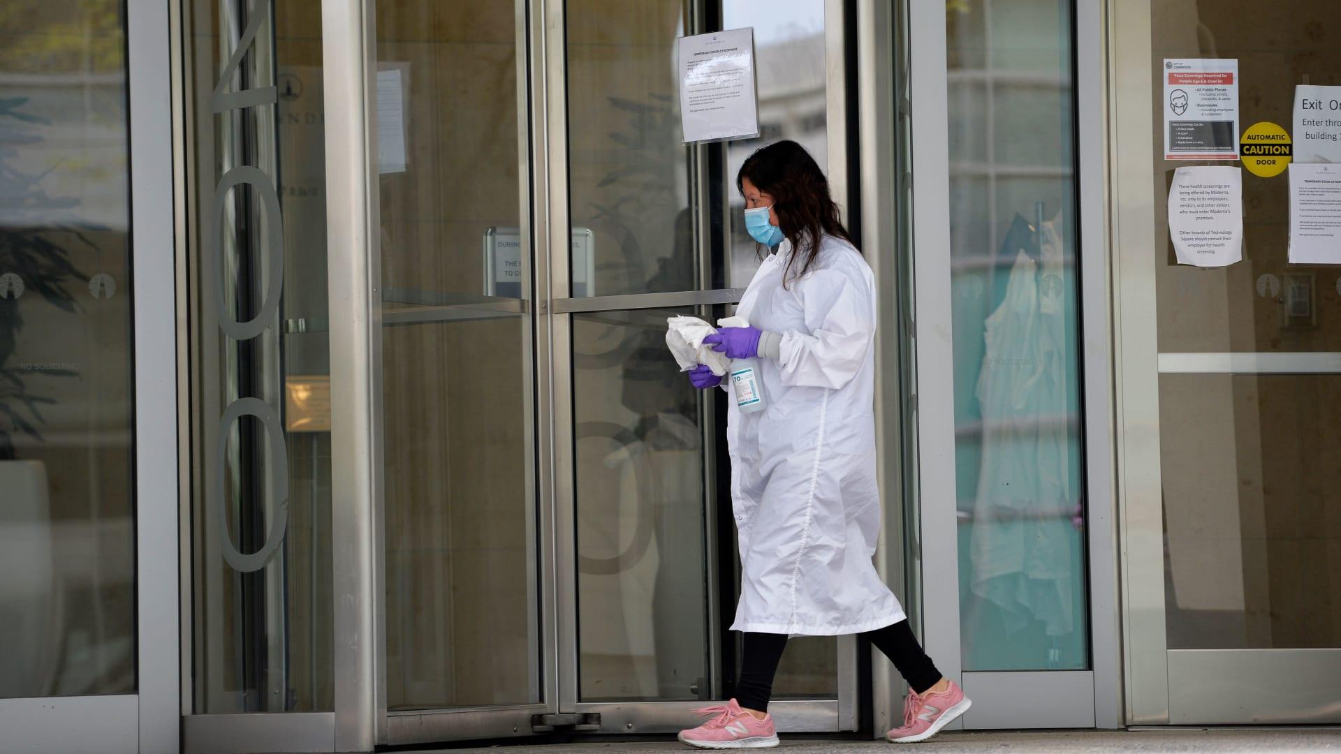 """لقاح فيروس كورونا يظهر نتائج استجابة مناعية """"واعدة"""" بآثار جانبية عابرة"""