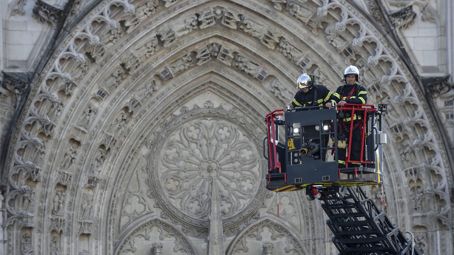 شاهد.. لحظة اندلاع حريق في كاتدرائية بفرنسا
