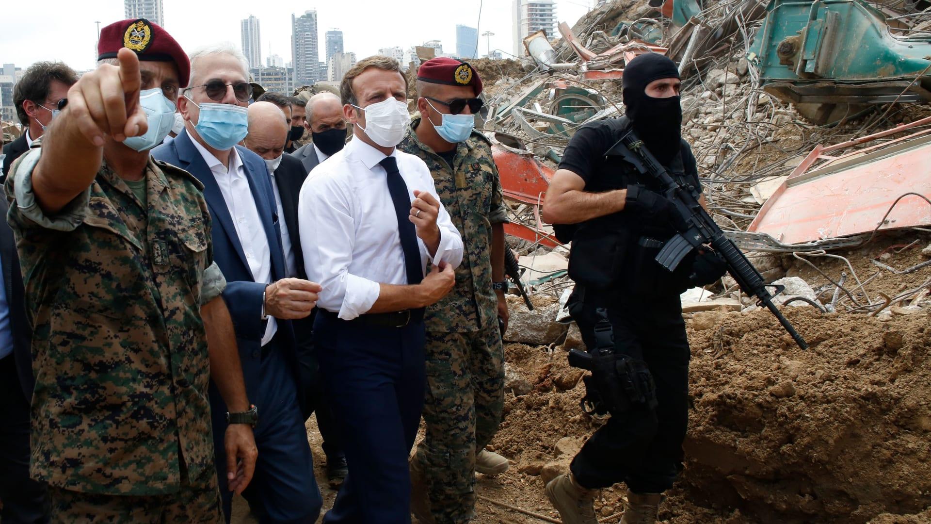ماكرون يتجول بين الحشود في بيروت وسط هتافات تطالب بإسقاط النظام