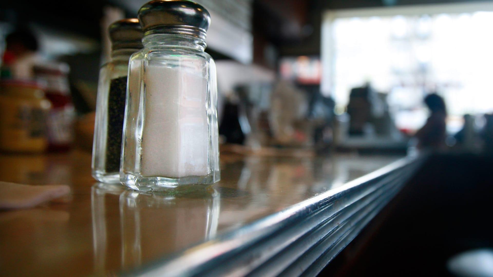 هل تعاني من ارتفاع ضغط الدم؟ إذا خفف الملح في نظامك الغذائي