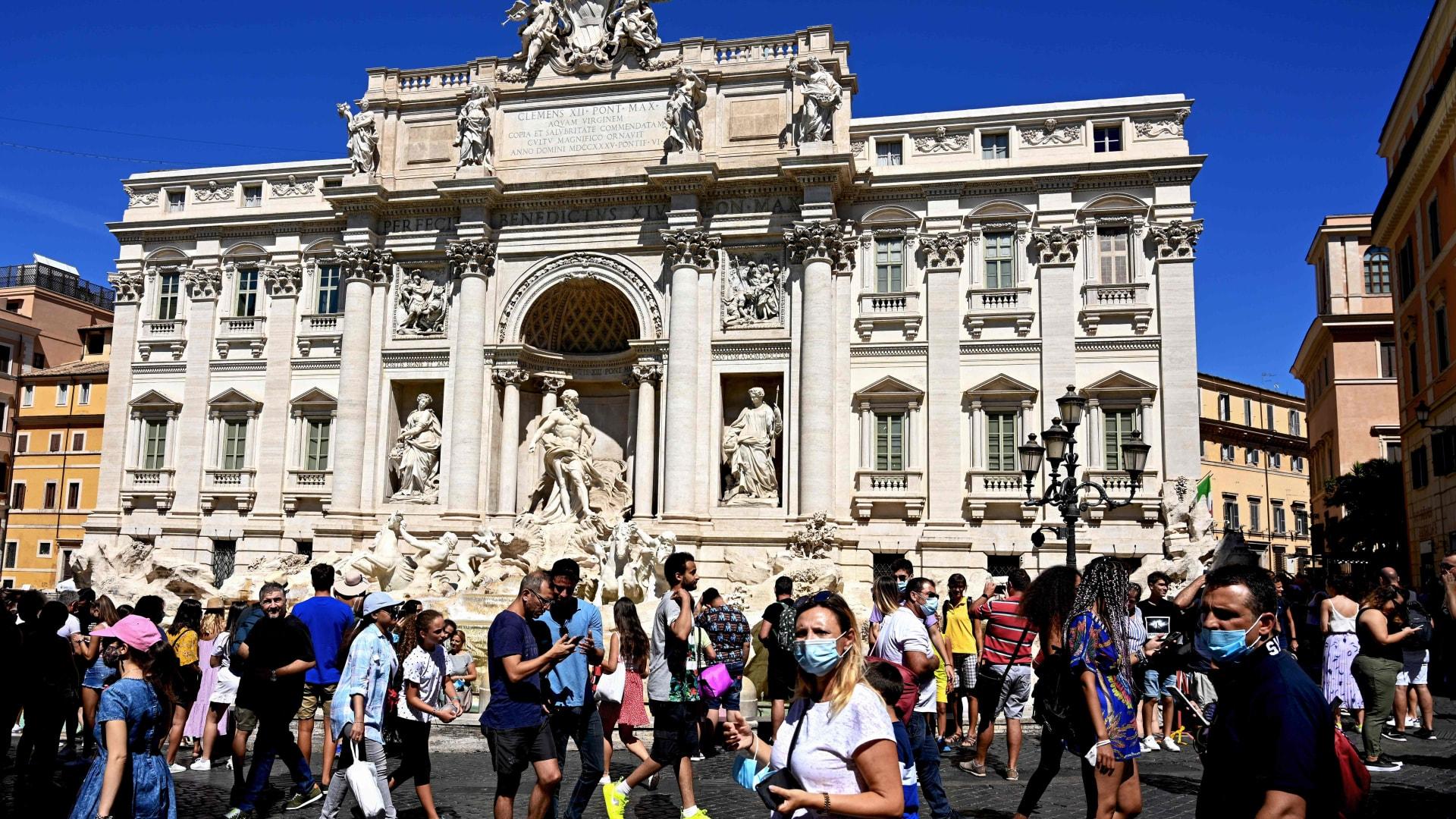كيف تحولت الكمامات إلى موضة عصرية ومعيار للجمال في إيطاليا؟