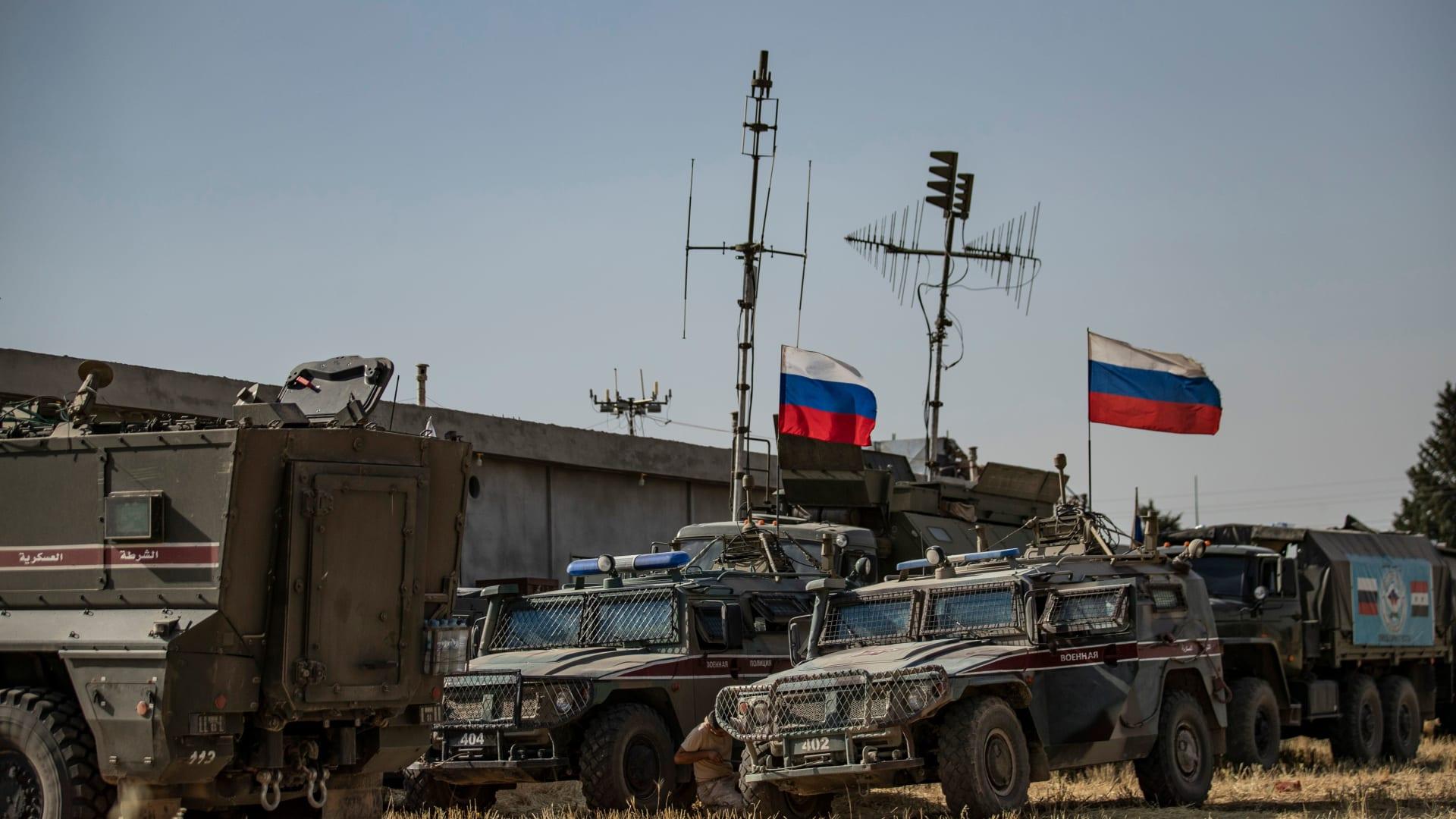 بالفيديو.. مواجهات عسكرية أمريكية روسية في شمال سوريا