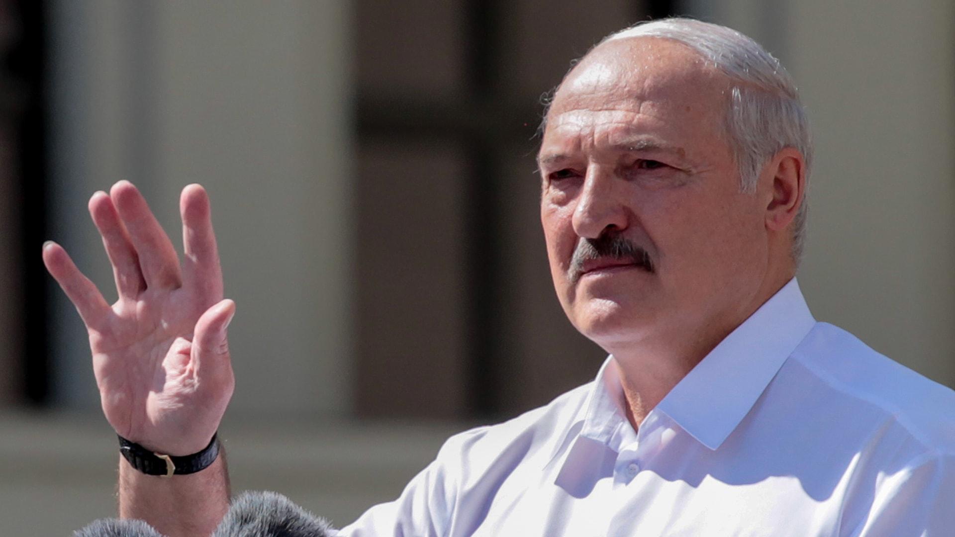 """شاهد رد رئيس بيلاروسيا على حشود المتظاهرين وهم يهتفون """"ارحل"""""""