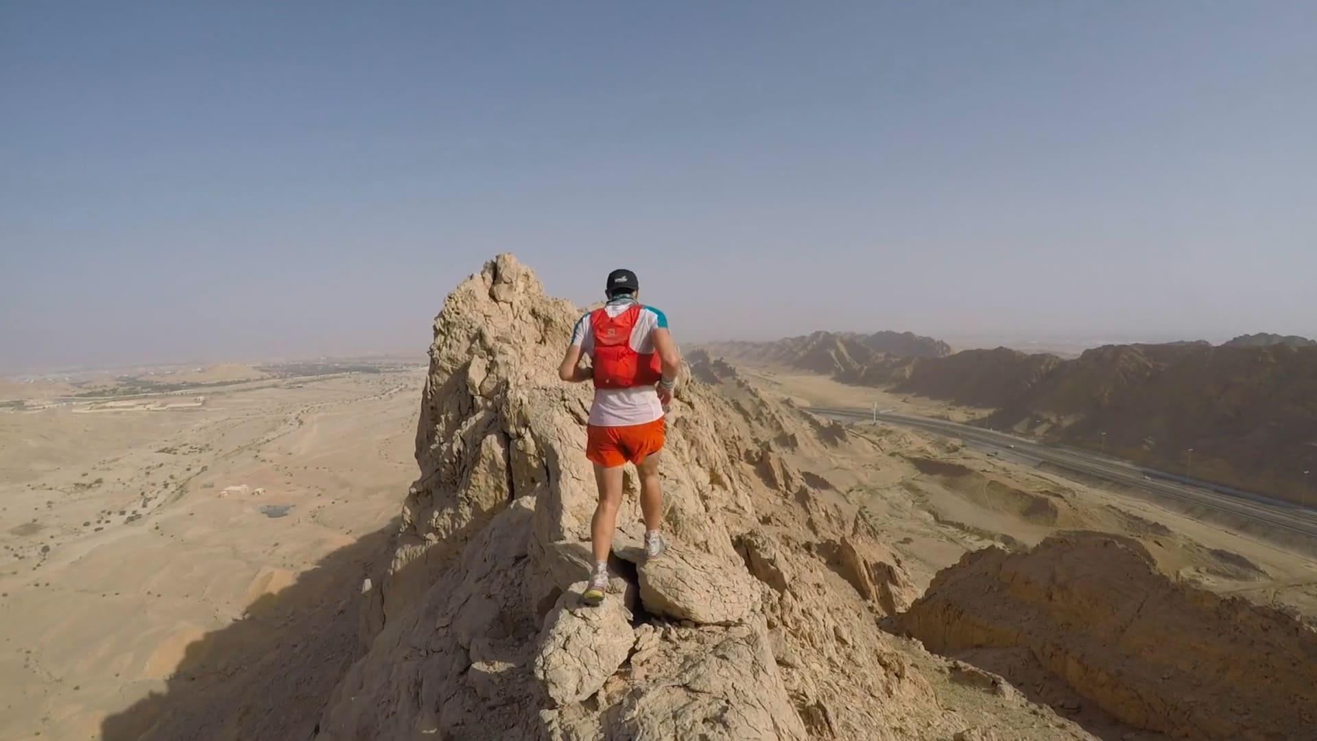 الرياضي الفرنسي، كليمنت فيجير، يجري فوق جبل حفيت في أبوظبي