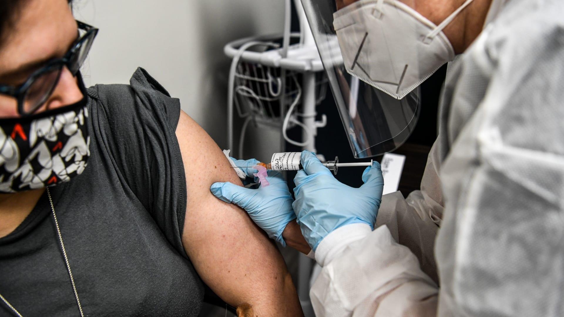 لقاح فيروس كورونا قد يتطلب جرعتين ليكون فعالاً.. ما هي المضاعفات التي يمكن أن تنشأ عن ذلك؟