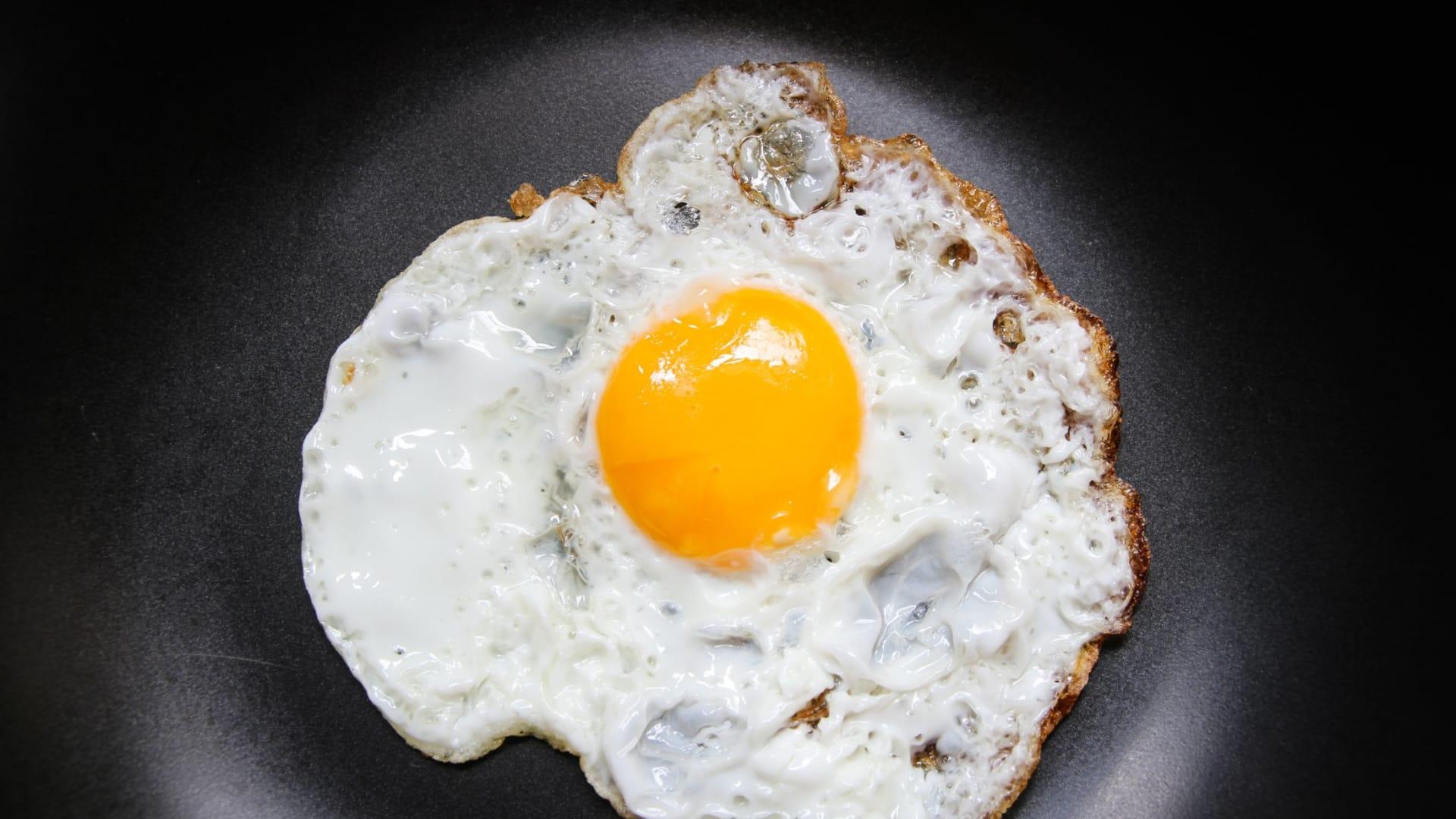 البيض جيد أم لا؟ وما هي الآثار الصحية المرتبطة بتناوله؟