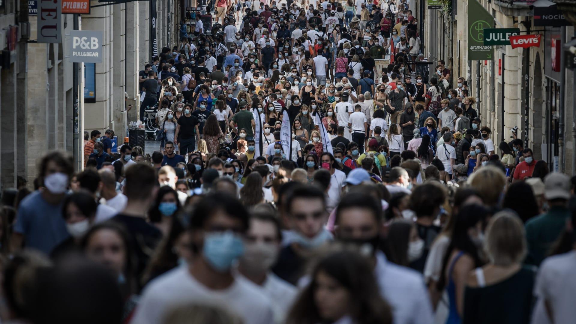مع تسجيل أكثر من 1000 حالة جديدة في اليوم.. فرنسا تواجه خطر الانزلاق مرة أخرى إلى حيث كانت في ذروة الوباء