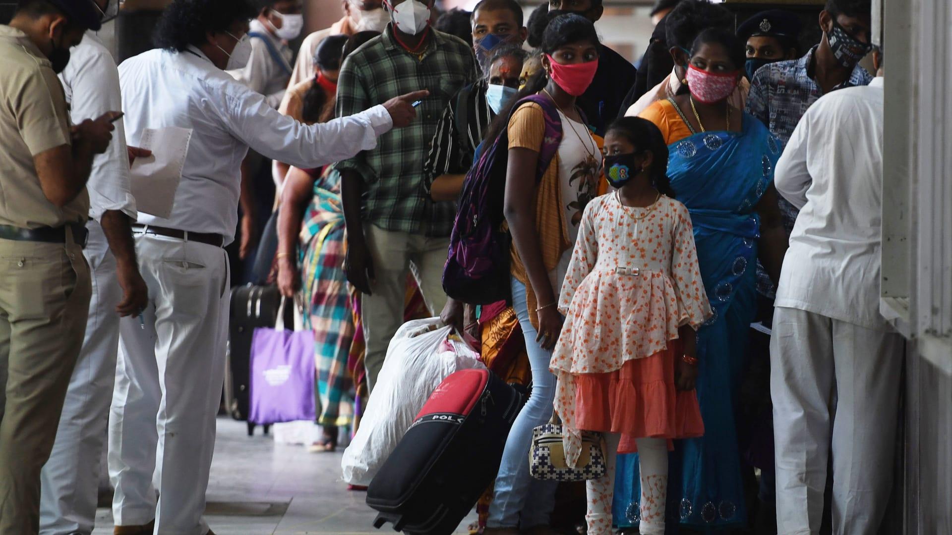 احتفالات دينية من الهند إلى العراق رغم كورونا.. وزيادة الإصابات مستمرة بالعالم