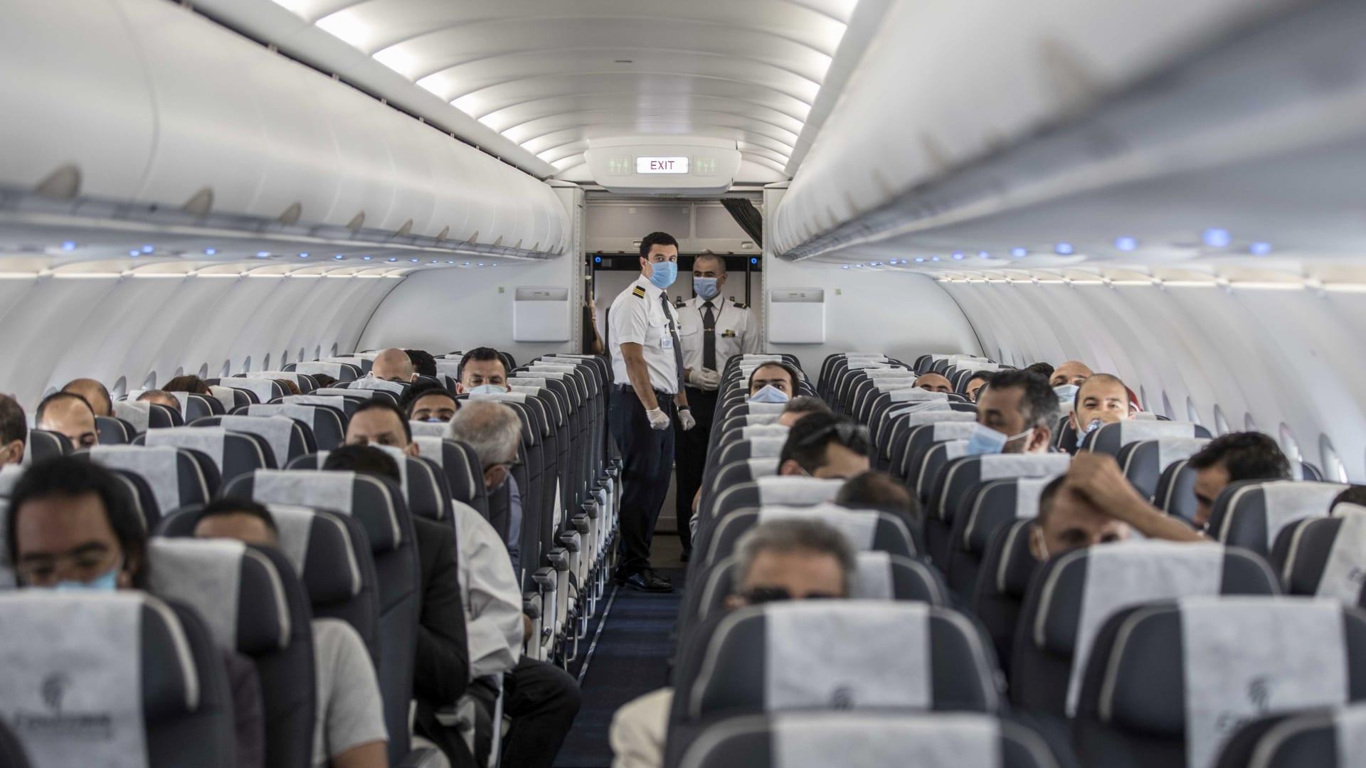 شاهد.. وداع مؤثر من مضيفي طيران في آخر رحلة لهم