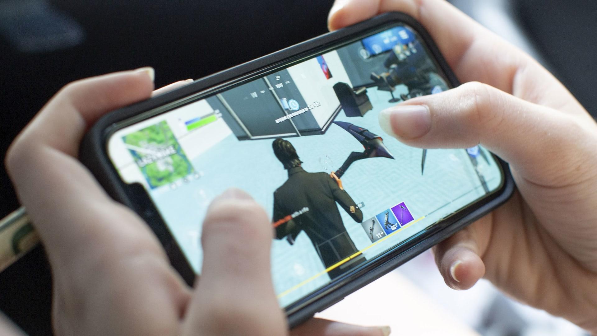 """Epic Games"" تقاضي آبل وغوغل بعد إزالة ""فورتنايت"" من متجري تطبيقاتها"