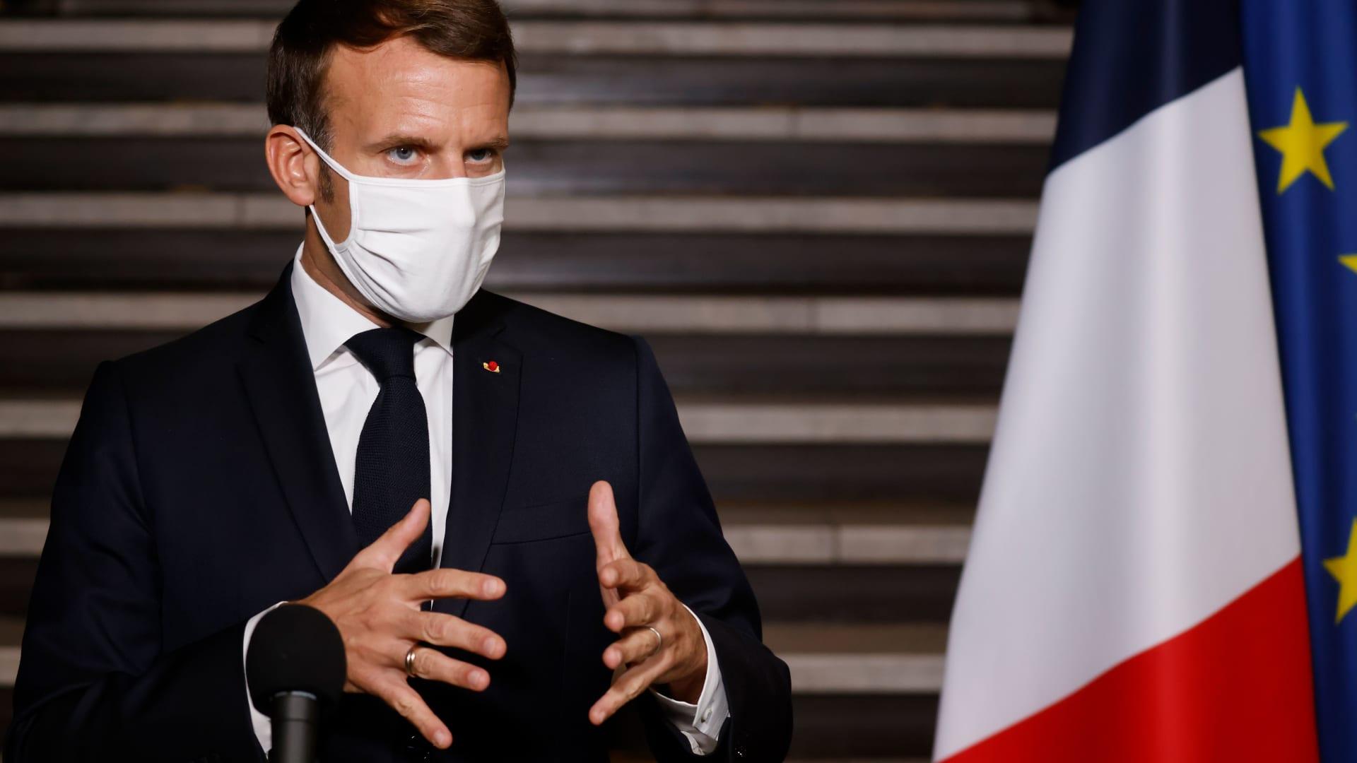 """""""لسنا خائفين"""".. الآلاف يتظاهرون في فرنسا بعد قطع رأس مدرس عرض رسوماً للنبي محمد"""