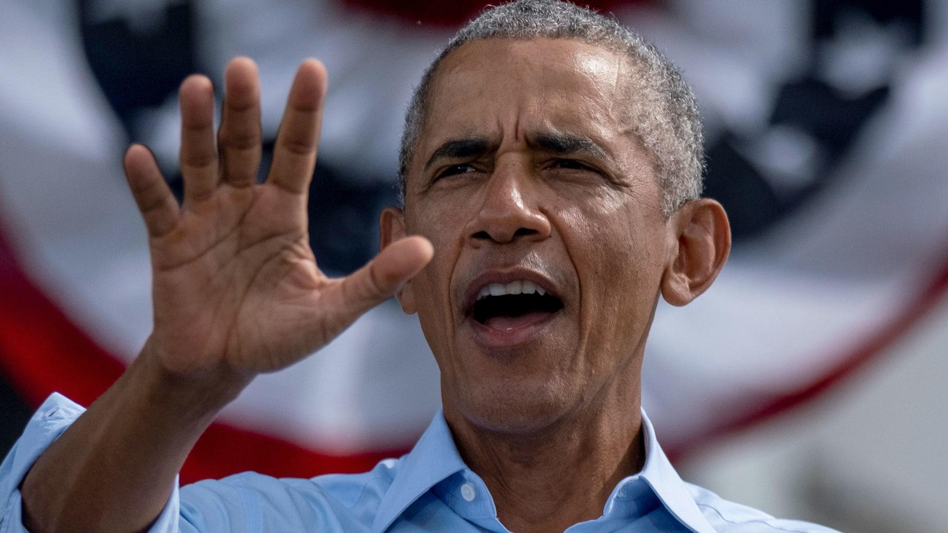 أوباما يستعرض مهارته برمية ثلاثية جانبية خلال جولة لدعم بايدن