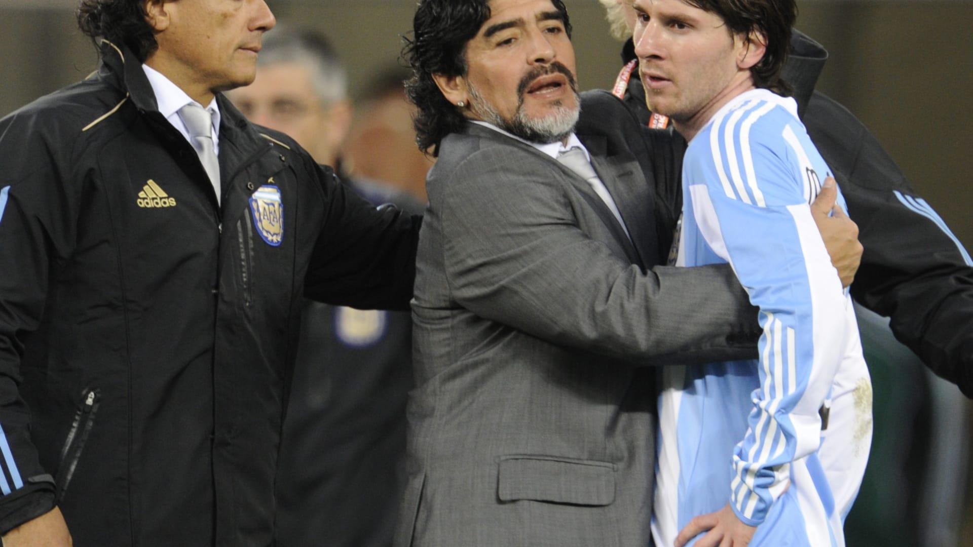 مارادونا يسقط منفعلا أثناء مباراة فريقه.. ومغردون يتعاطفون