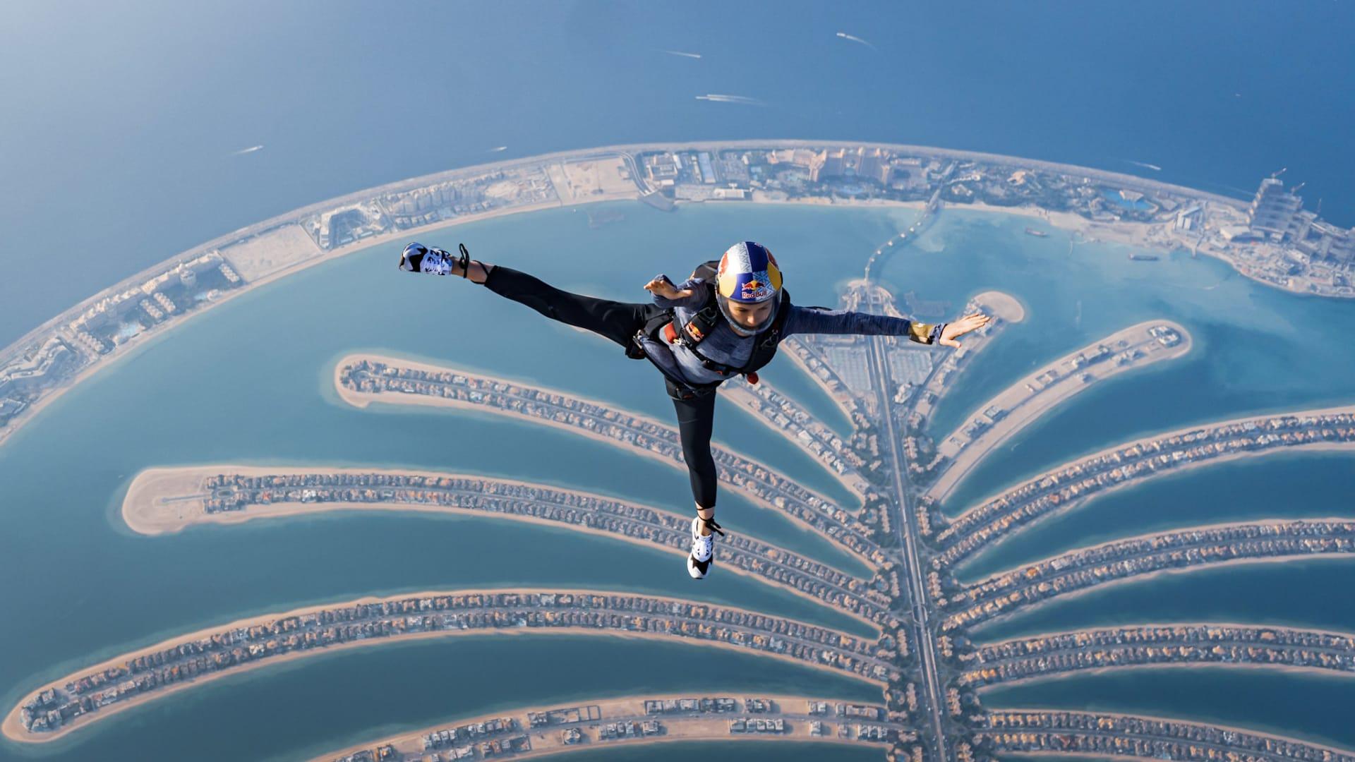 رياضية بولندية تستعرض حركات مثيرة خلال تجربة القفز المظلي الحر