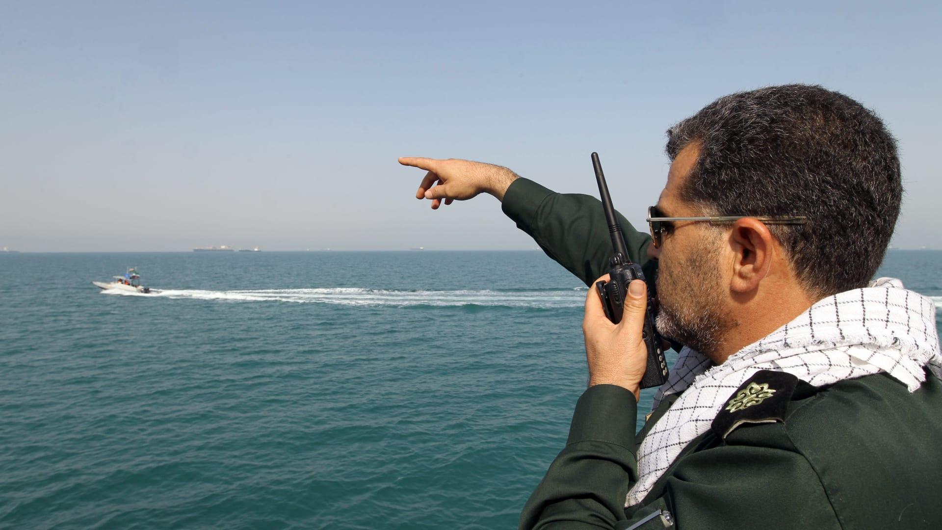 الحرس الثوري الإيراني يستهدف نسخة طبق الأصل من حاملة طائرات أمريكية بصواريخ باليستية