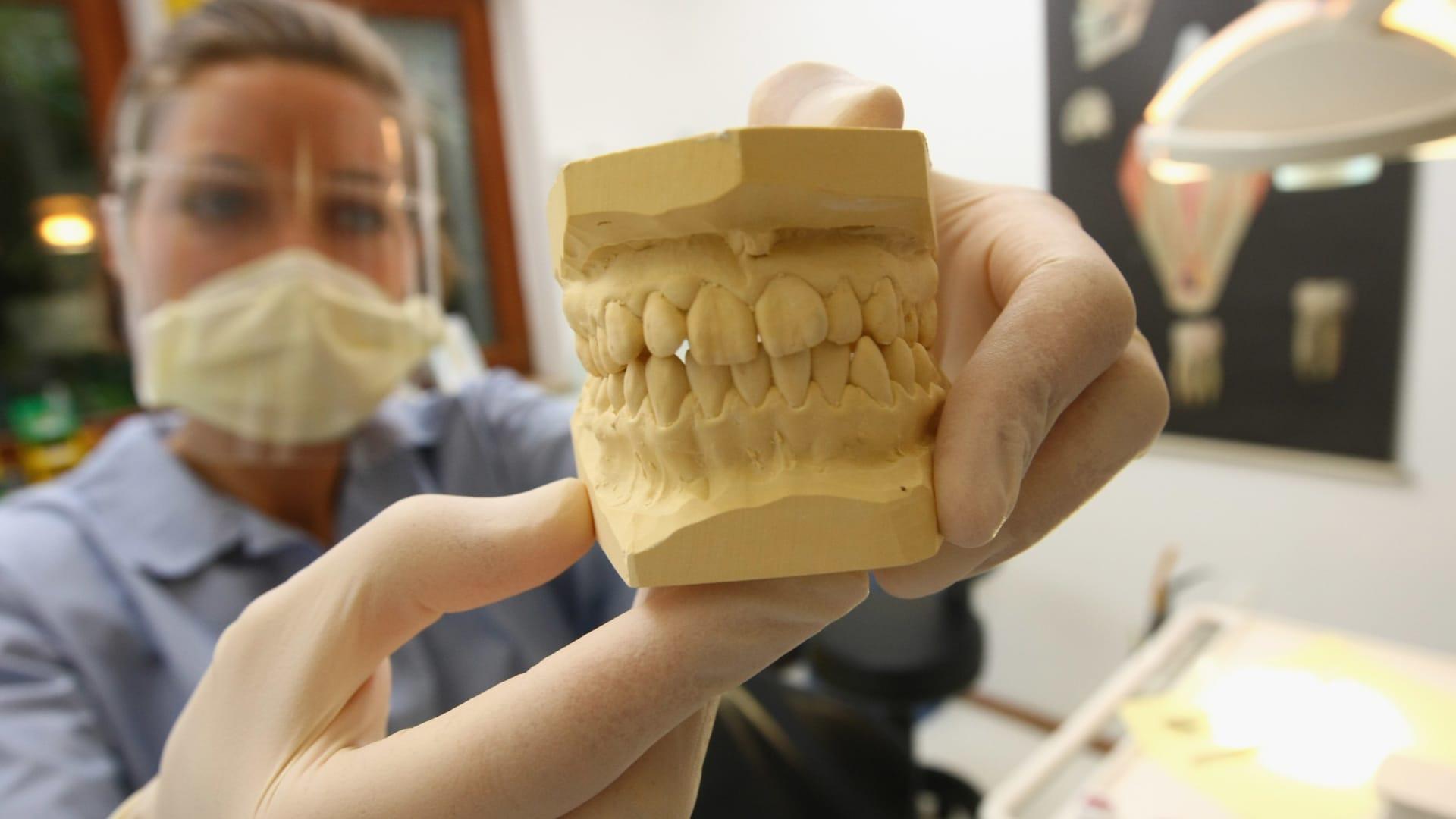 واقع مختلف تماماً.. هكذا تبدو زيارة لطبيب الأسنان بظل كورونا