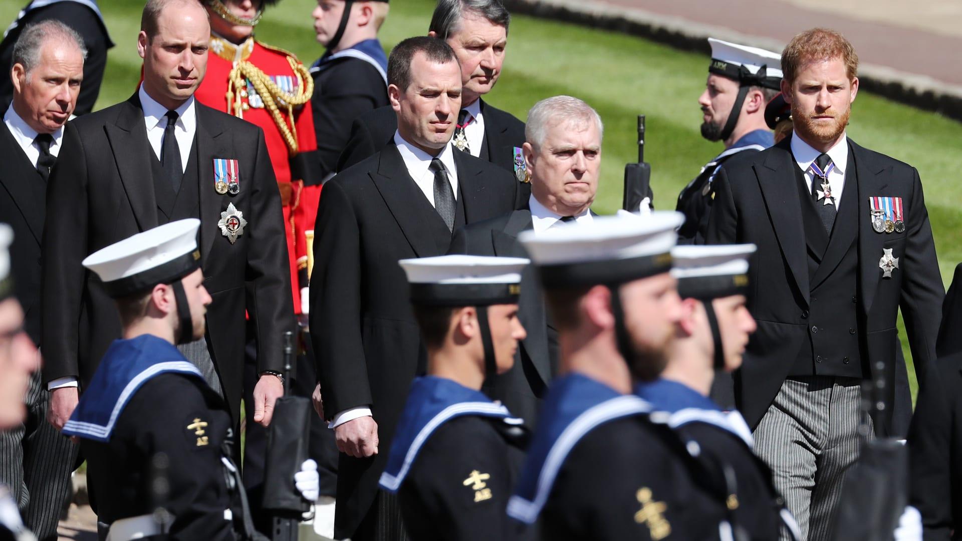 الأمير ويليام وشقيقه الأمير هاري يسيران معًا بعد نهاية مراسم جنازة الأمير فيليب