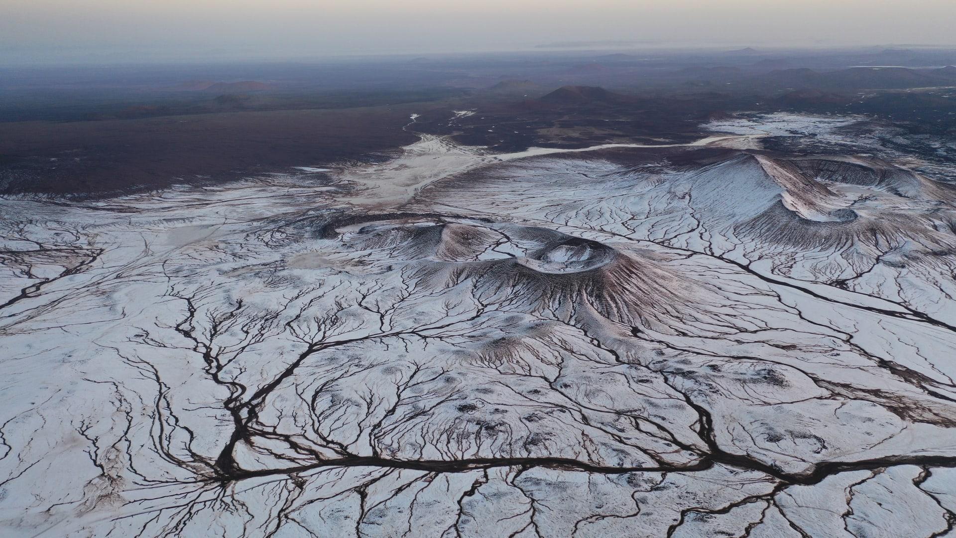 فيضان من حبات البرد يتدفق عبر الصحراء السعودية