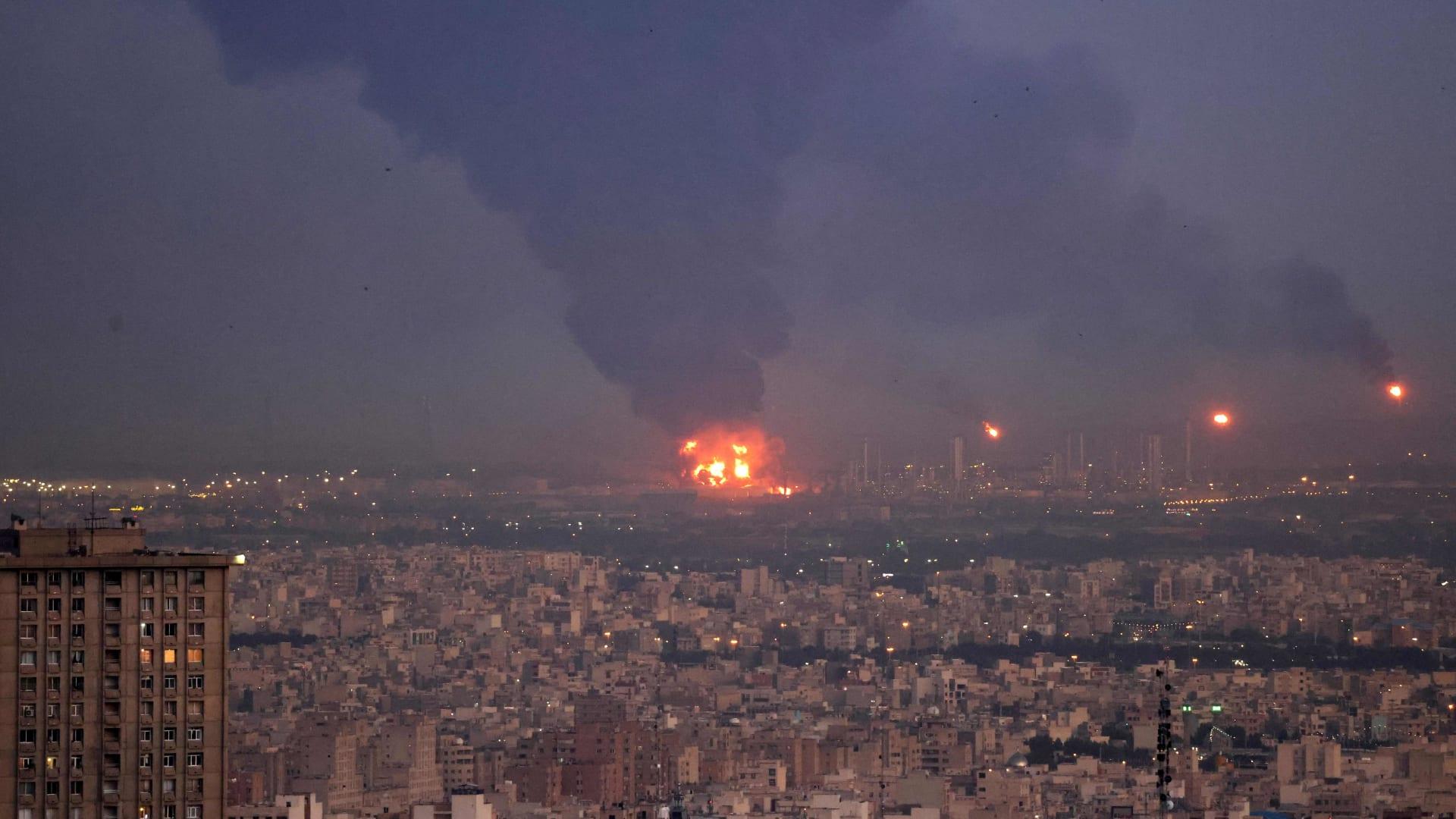 شاهد لحظة اندلاع حريق هائل في مصفاة جنوب طهران