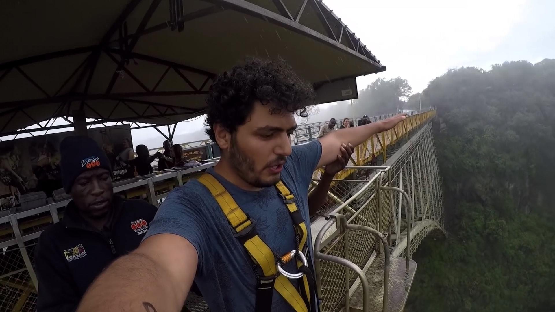 مدون السفر المصري، محمد العفيفي، يقفز من شلالات فيكتوريا