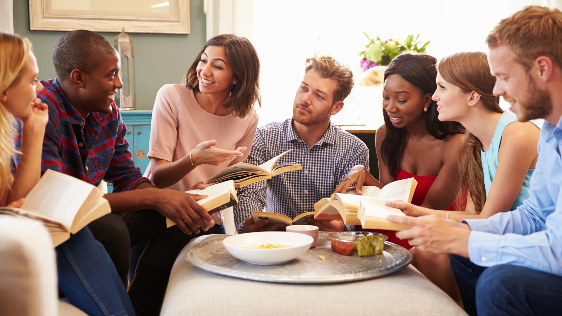 إليك بعض النصائح حول كيفية التجمع بأمان مع أصدقائك وعائلتك خلال العطلات القادمة