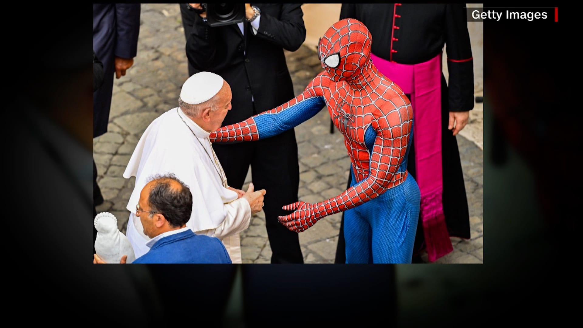 تداول صور لقاء غير تقليدي بين البابا فرانسيس والرجل العنكبوت.. ما القصة وراء مصافحتهما؟