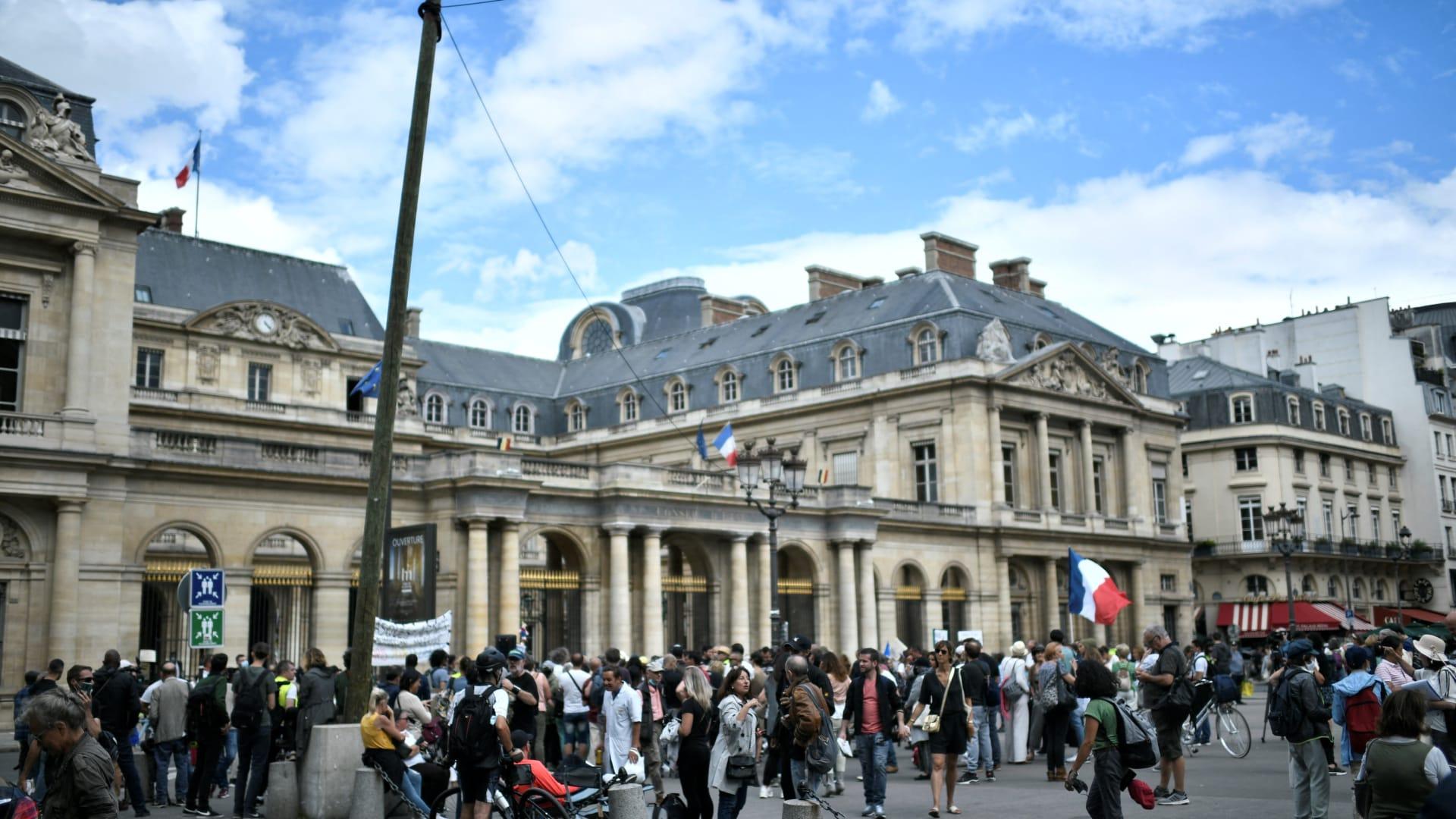 """""""ليست حرية"""".. شاهد رد ماكرون على المتظاهرين المناهضين للتطعيم في فرنسا"""