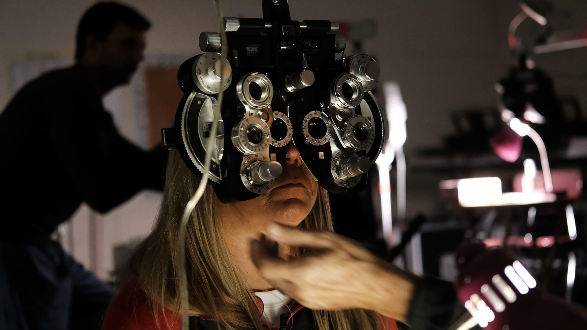 سيدة تخطأ بين قطرات العين والصمغ.. وهذه نصيحة الطبيب عندما يحدث ذلك