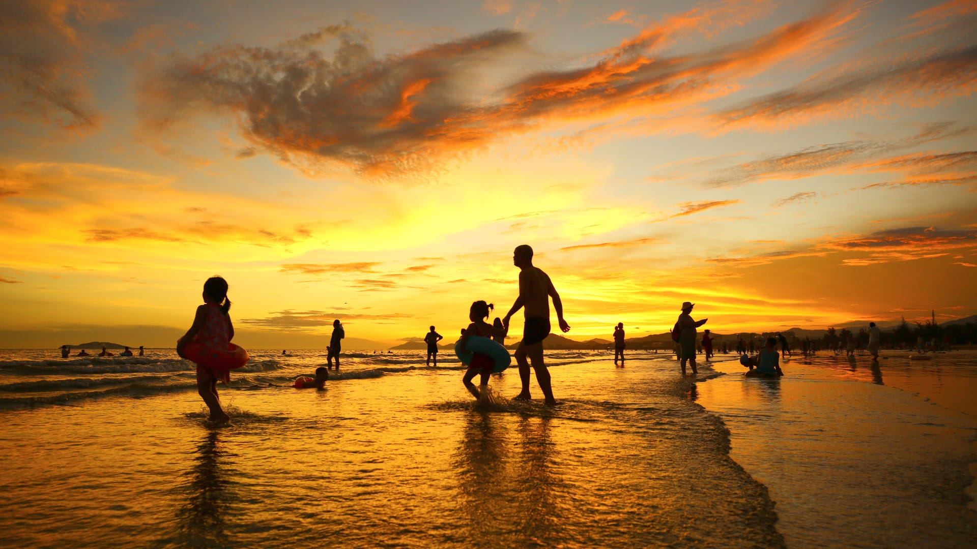 """السياح في الصين يتدفقون على الكثبان الرملية """"للاستحمام بالرمل"""""""