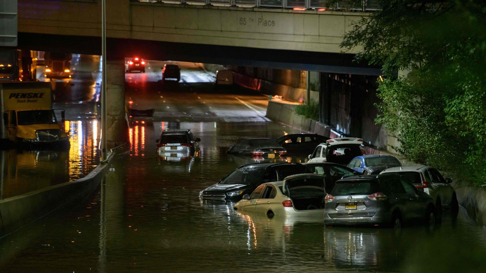 أمطار قياسية تغمر شوارع ومحطات المترو في نيويورك بعد إعصار أيدا