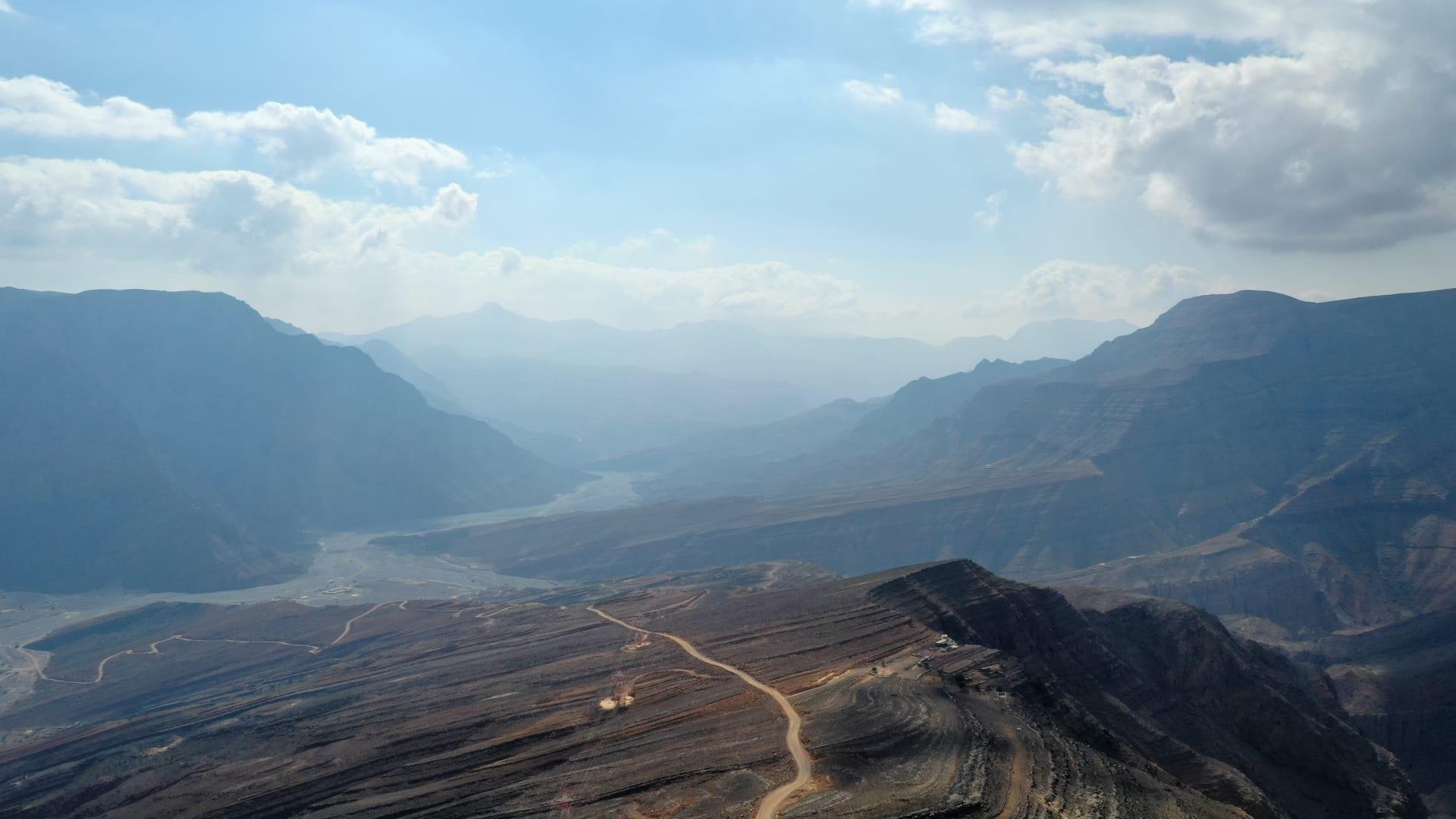 لقطات جوية مذهلة تُبرز أحد أغرب الطرق الجبلية في سلطنة عُمان