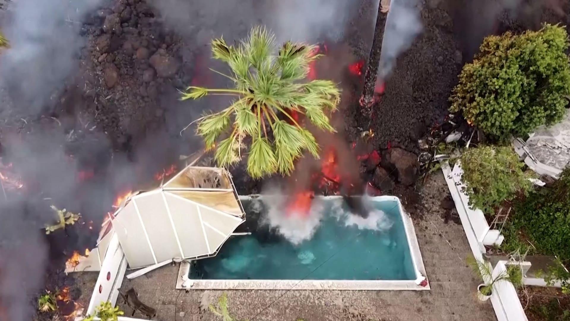 حمم بركانية تبتلع أحواض سباحة ومنازل في إسبانيا.. هكذا كان المشهد