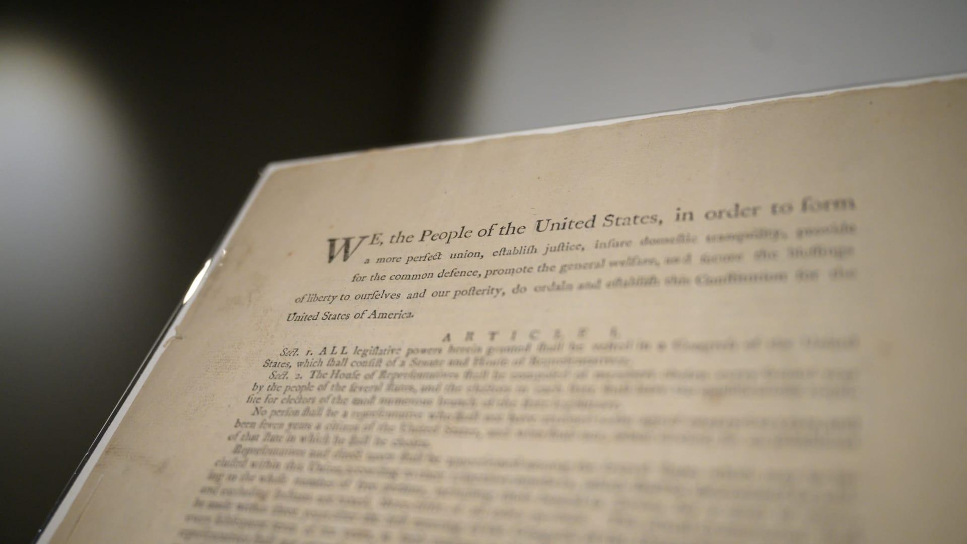 مصنع يُنتج أرقى أنواع الأوراق..طُبع عليها الدستور الفرنسي