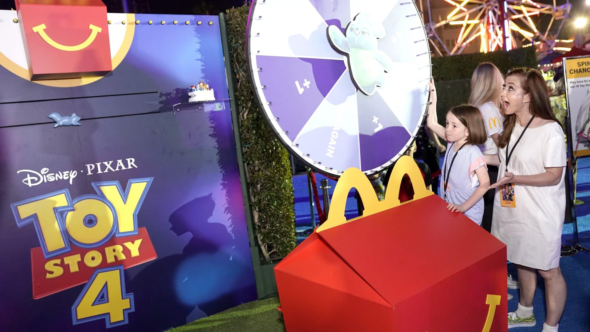 """حفاظا على البيئة.. ماكدونالدز تطلق ألعاب """"هابي ميل"""" بحلة جديدة"""