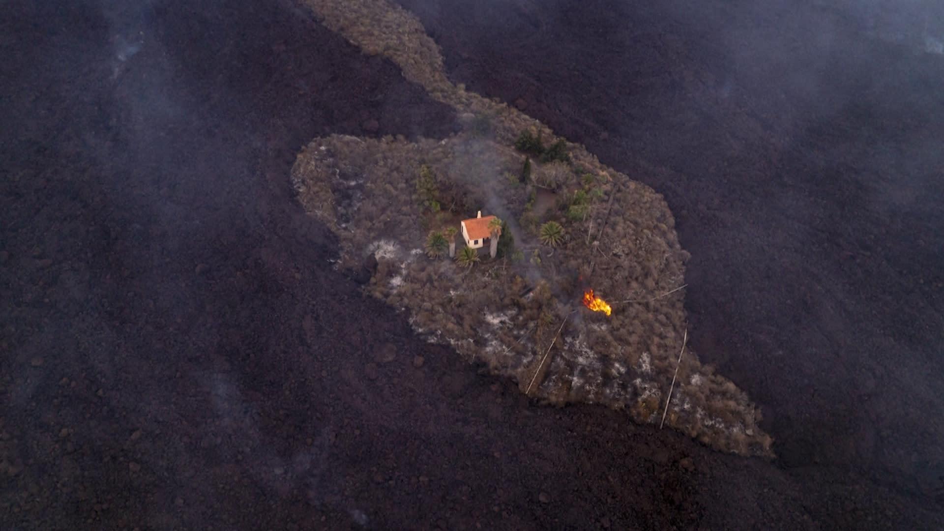 """احترق ما حوله.. شاهد """"المنزل المعجزة"""" الذي تجاوزته حمم بركانية دون الإضرار به"""
