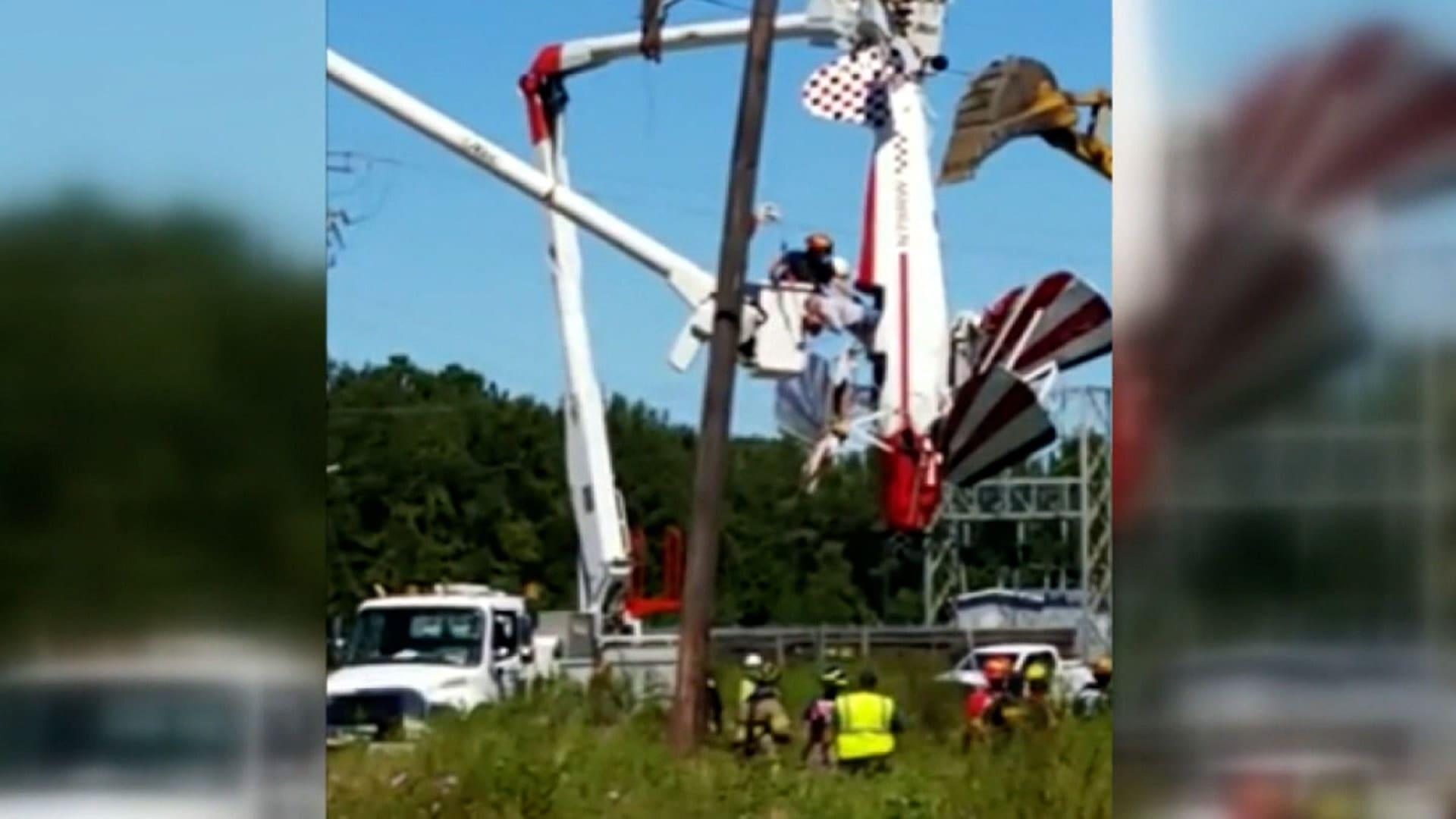 طيار يتدلى بطائرته من أسلاك طاقة بعد تعرضه لحادث.. شاهد عملية إنقاذه