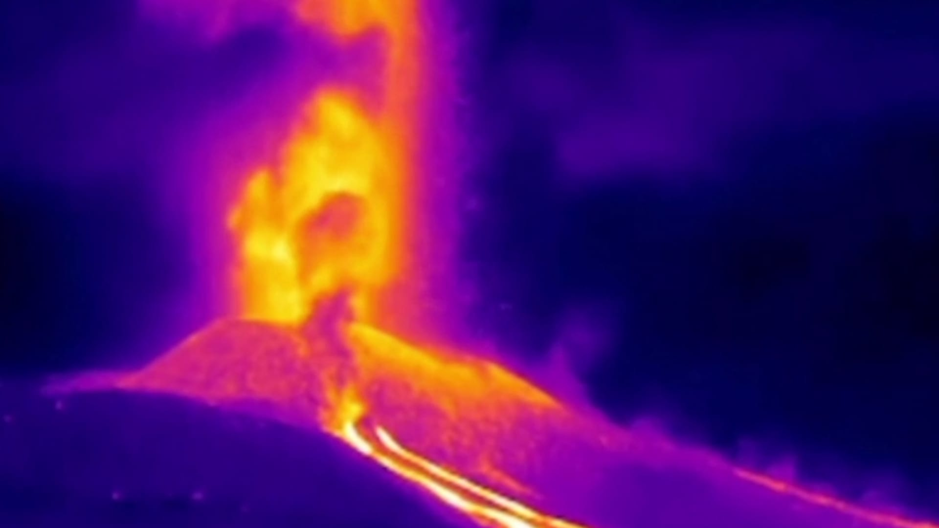 بالأشعة تحت الحمراء.. شاهد لحظة تدفق الحمم من بركان جزر الكناري