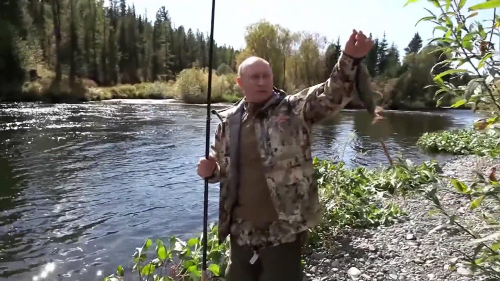 شاهد.. فيديو جديد يظهر بوتين وهو يصطاد قبل أن يعزل نفسه