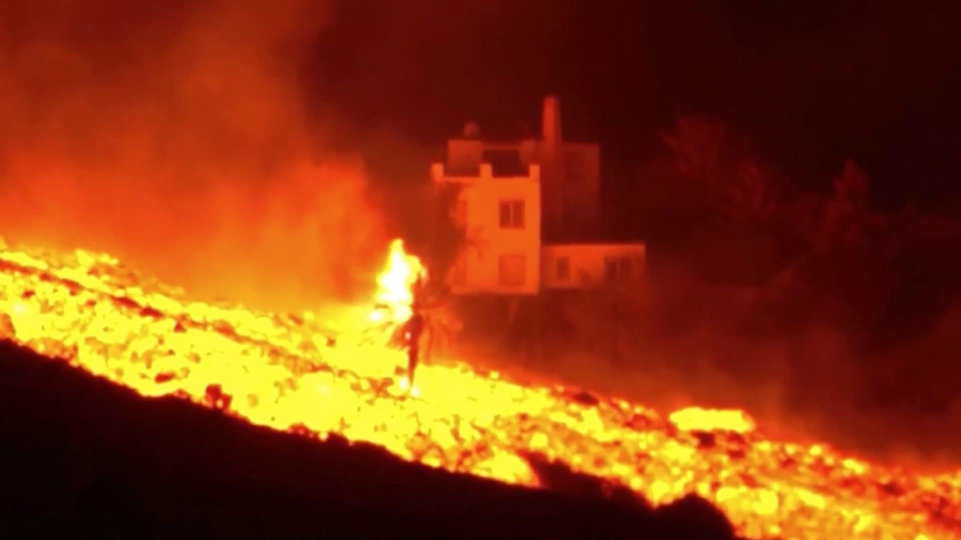 مشهد مهيب.. سيول متوهجة من الحمم البركانية تتدفق على منحدرات لابالما thumbnail