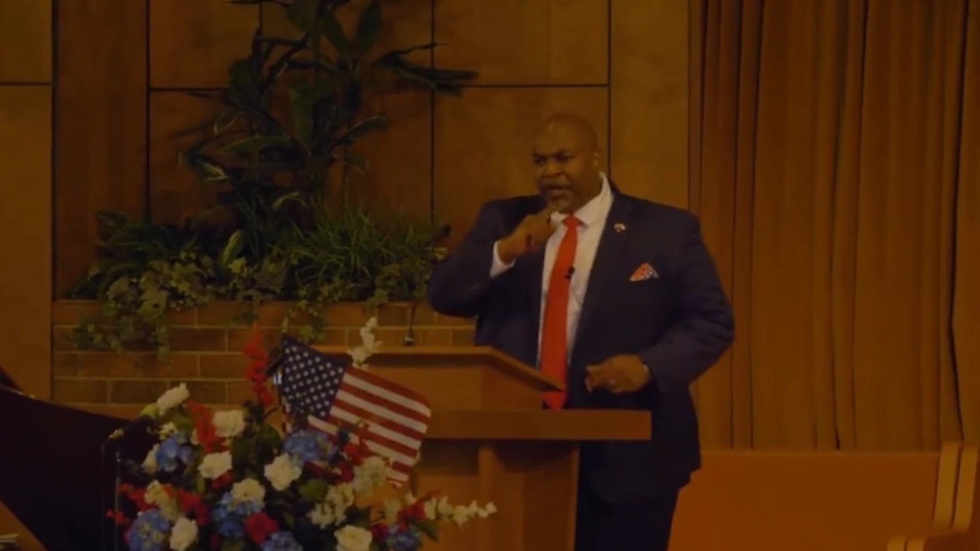 """نائب حاكم ولاية أمريكية يثير موجة غضب بـ""""خطاب كراهية"""" ضد المثليين thumbnail"""