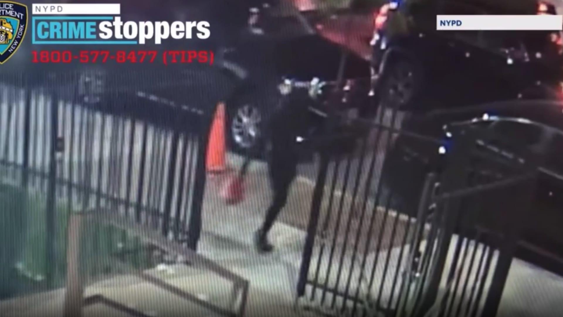 كاميرا مراقبة ترصد لحظة إحراق إمرأة مدرسة يهودية بنيويورك thumbnail